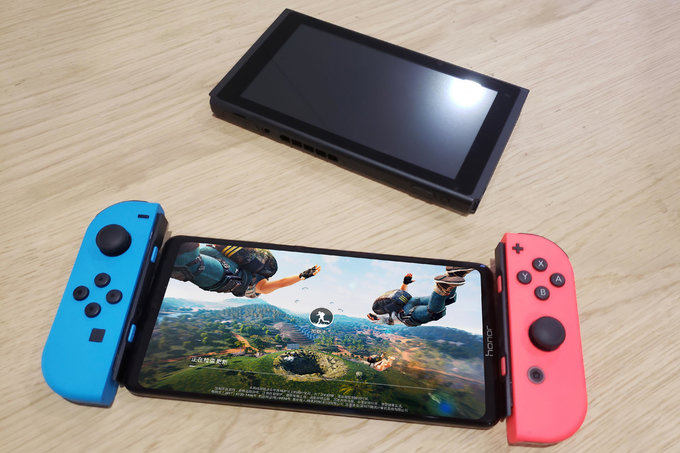 Alleged-Honor-Note-10-spy-shots-size-the-behemoth-up-with-a-Nintendo-Switch